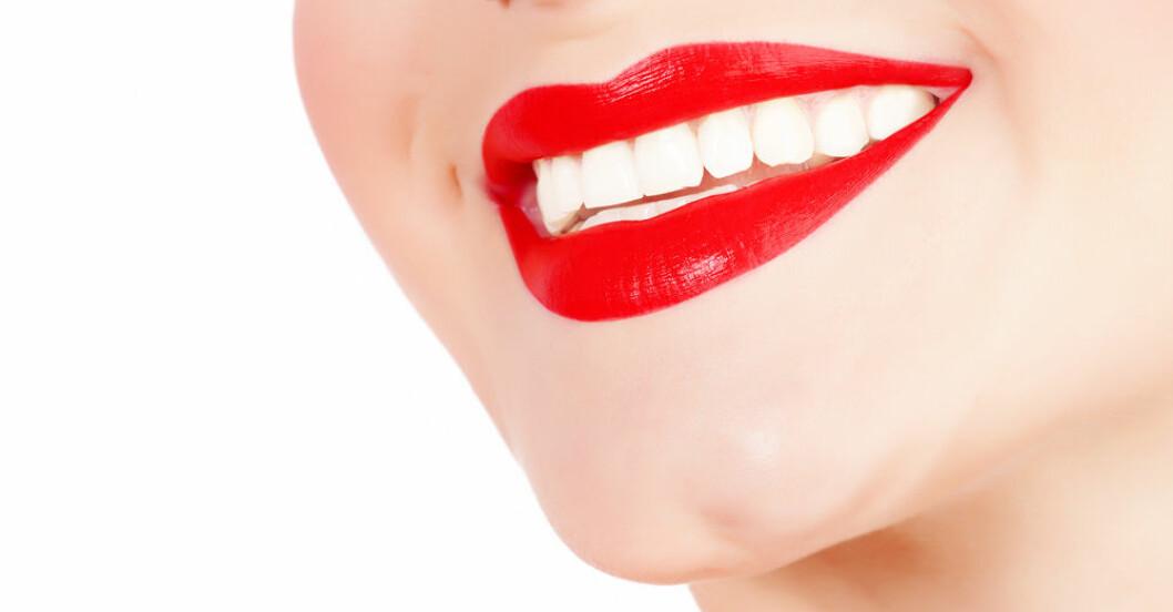 kvinna med rött läppstift och perfekt leende