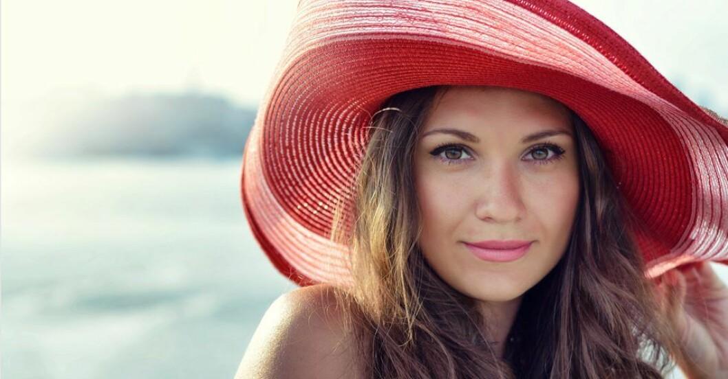 Kvinna med röd hatt