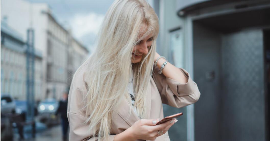 Kvinna-med-smartphone-utomhus