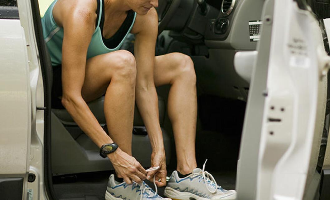 kvinna som knyter sina löparskor