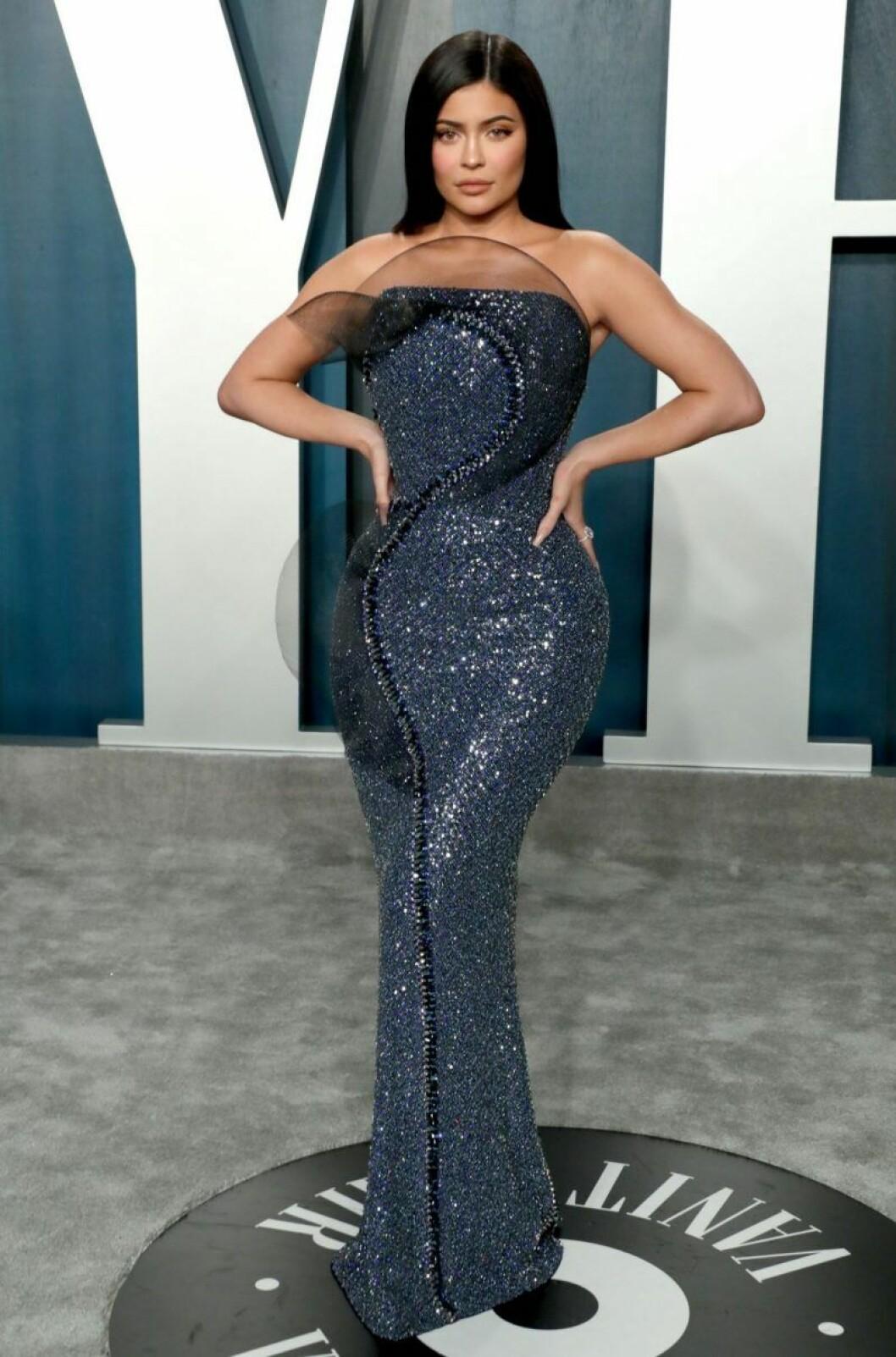 Kylie Jenner i mörkblå, glittrig klänning