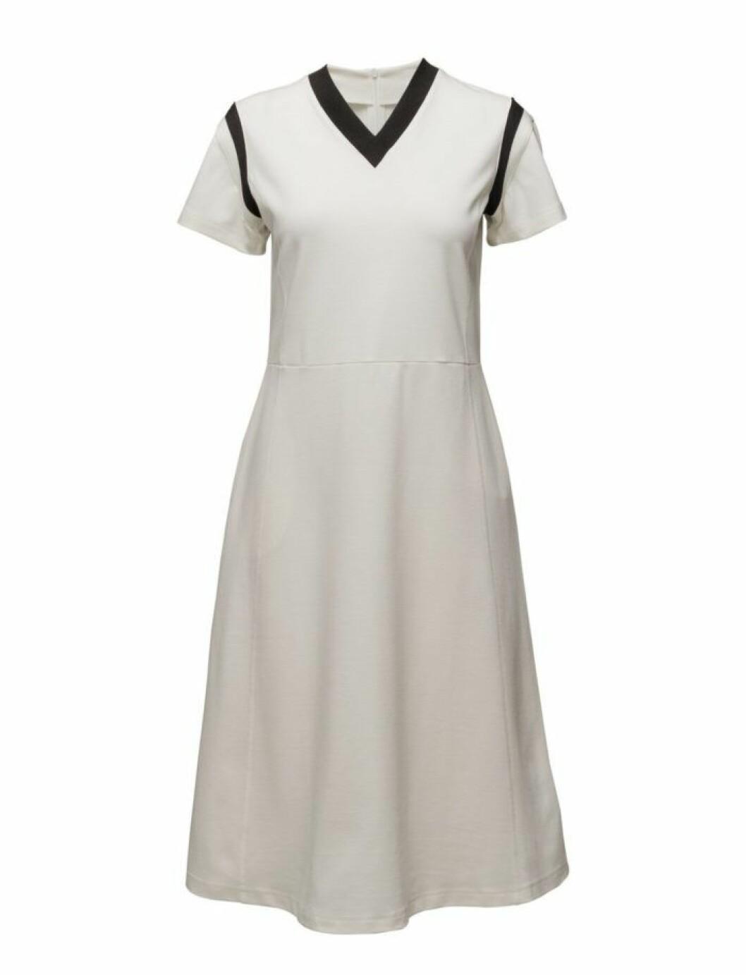 Svart vit-klänning från Wood Wood
