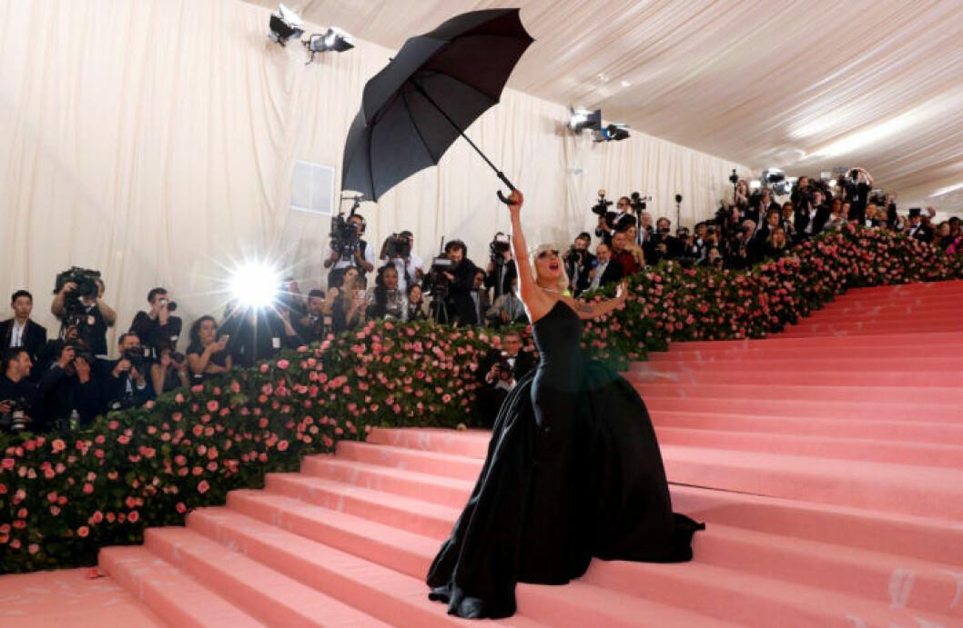 Lady Gaga i ombyte två på röda mattan