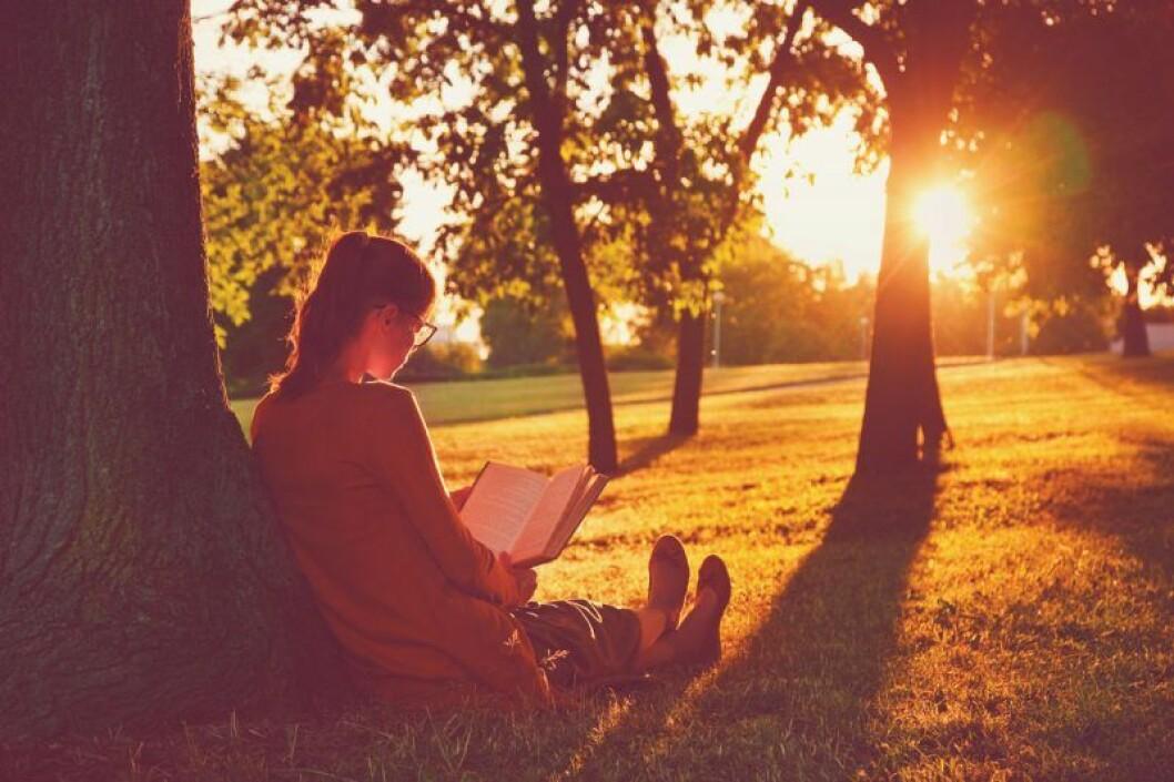 Läs en bok istället för att kolla i telefonen.
