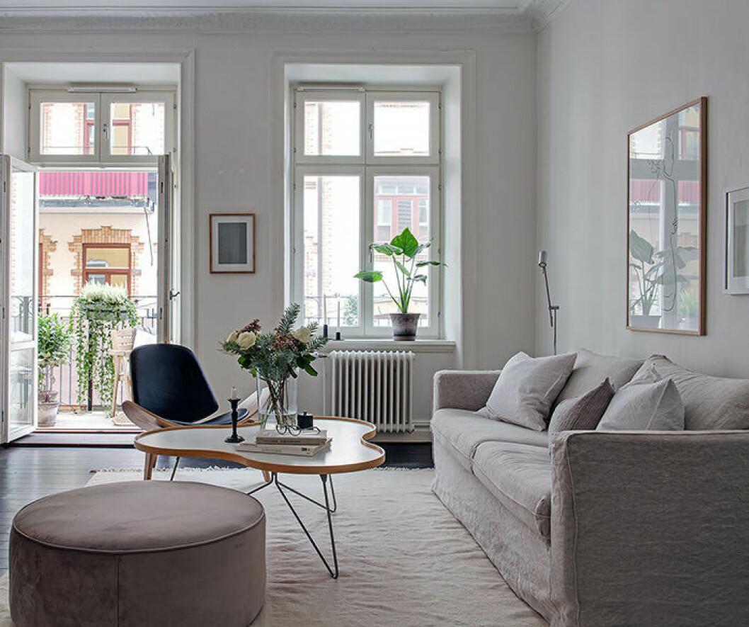 Snyggt vardagsrum som är enkelt att städa