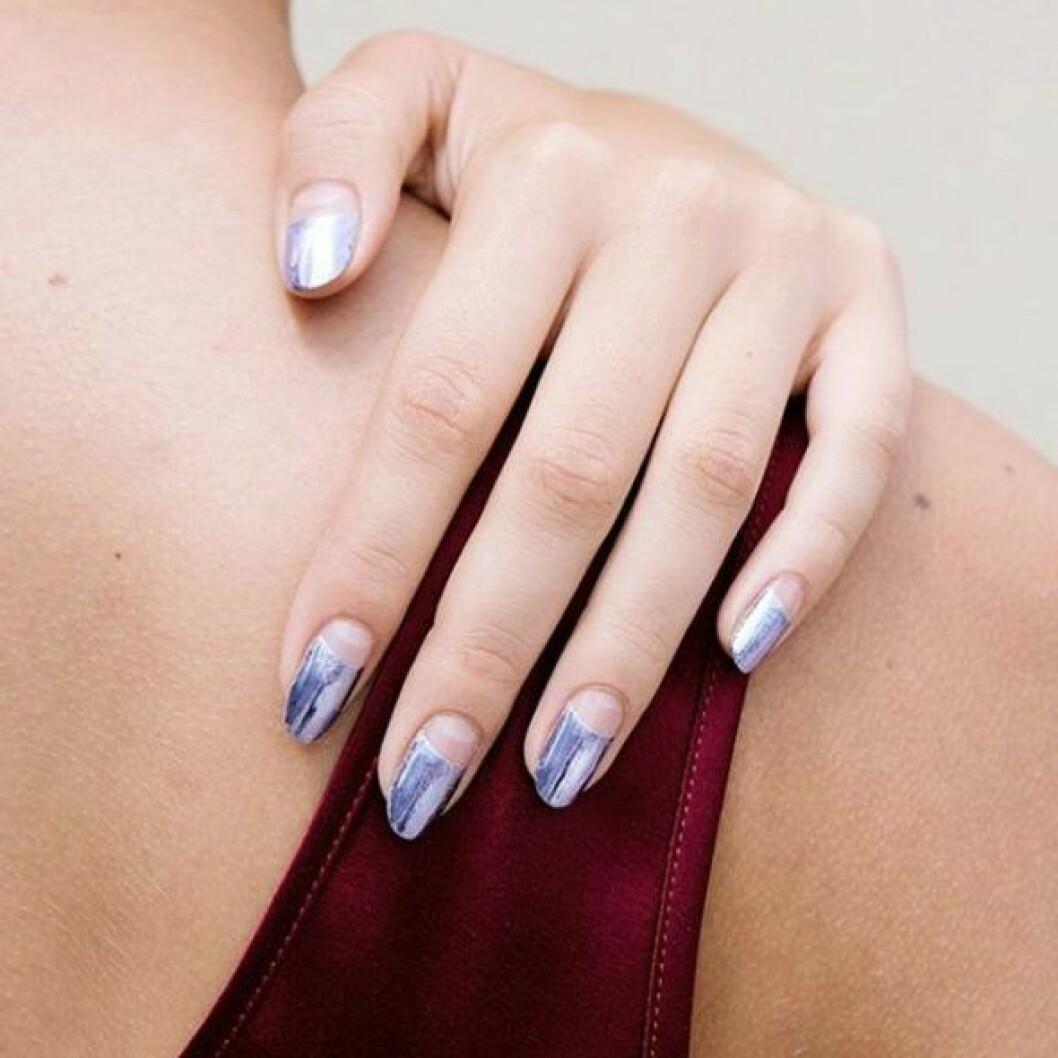 En bild på en lackning i lavendelblått och silver.
