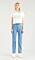 Modell med Levis 501-jeans och t-shirt med Levis loggan.