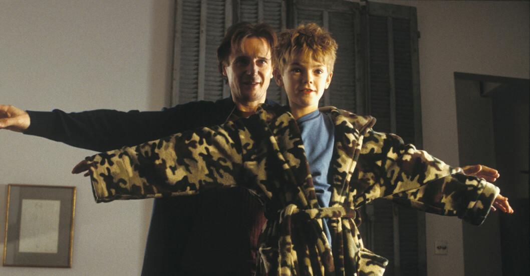 Liam Neeson och Thomas Brodie-Sangster från filmen Love Actually.