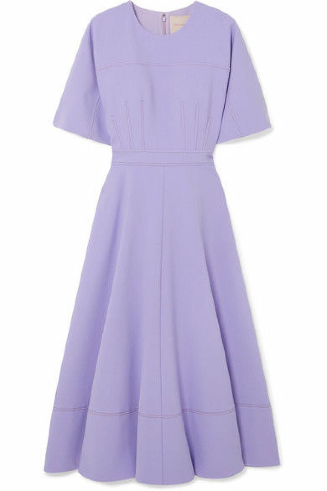Lila klänning i midmodell