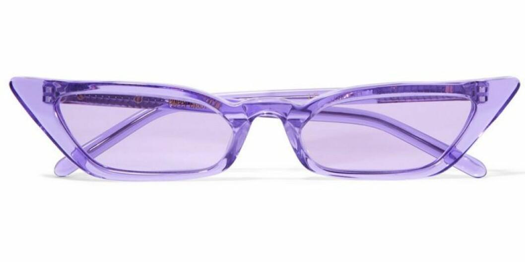 Solglasögon i lila färg och cat-eye form