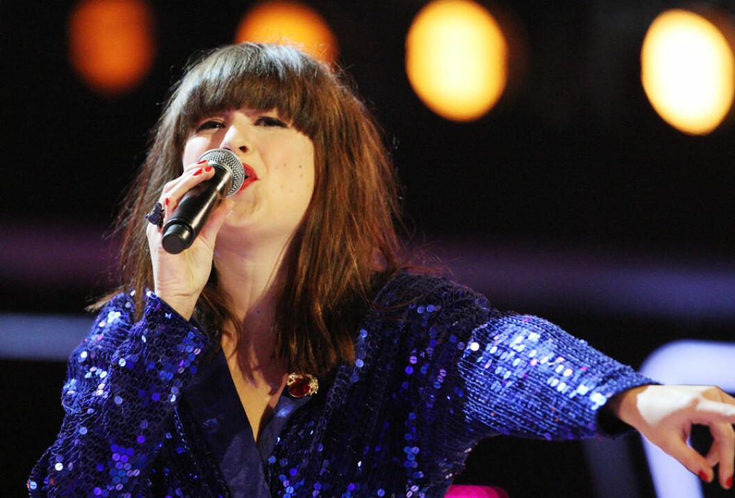 Linnea Henriksson sjunger i en fredagsfinal i Idol 2010.