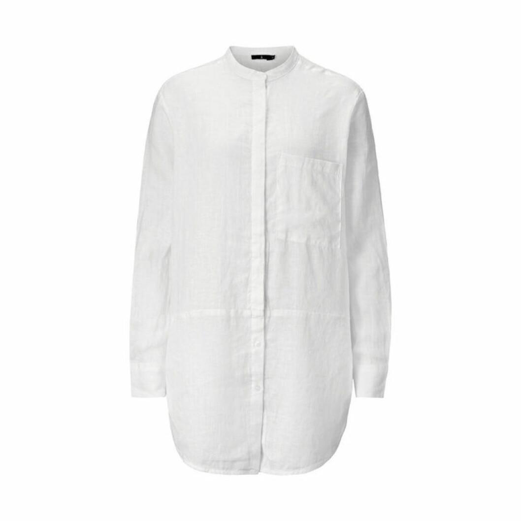 Vit linenskjorta i längre modell