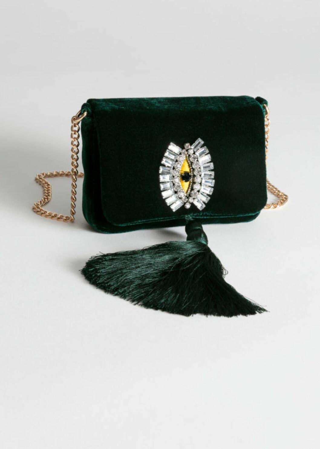 Grön sammetsväska med guldkedja som axelrem från & Other Stories