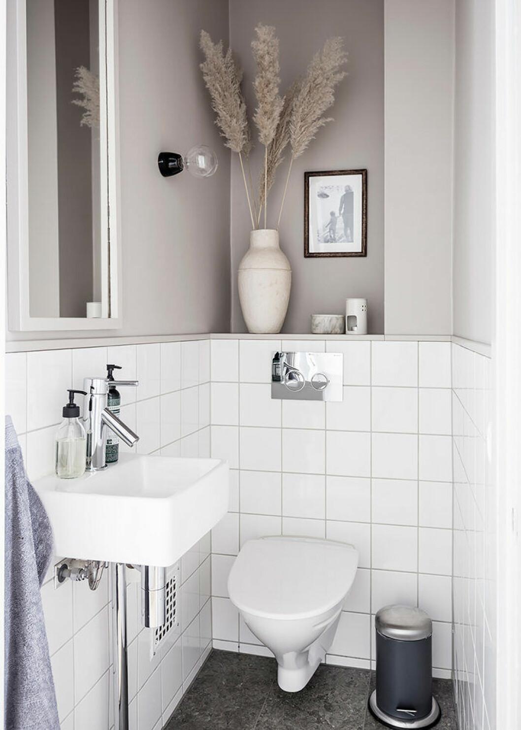 Ljusa färger får det lilla badrummet att kännas större