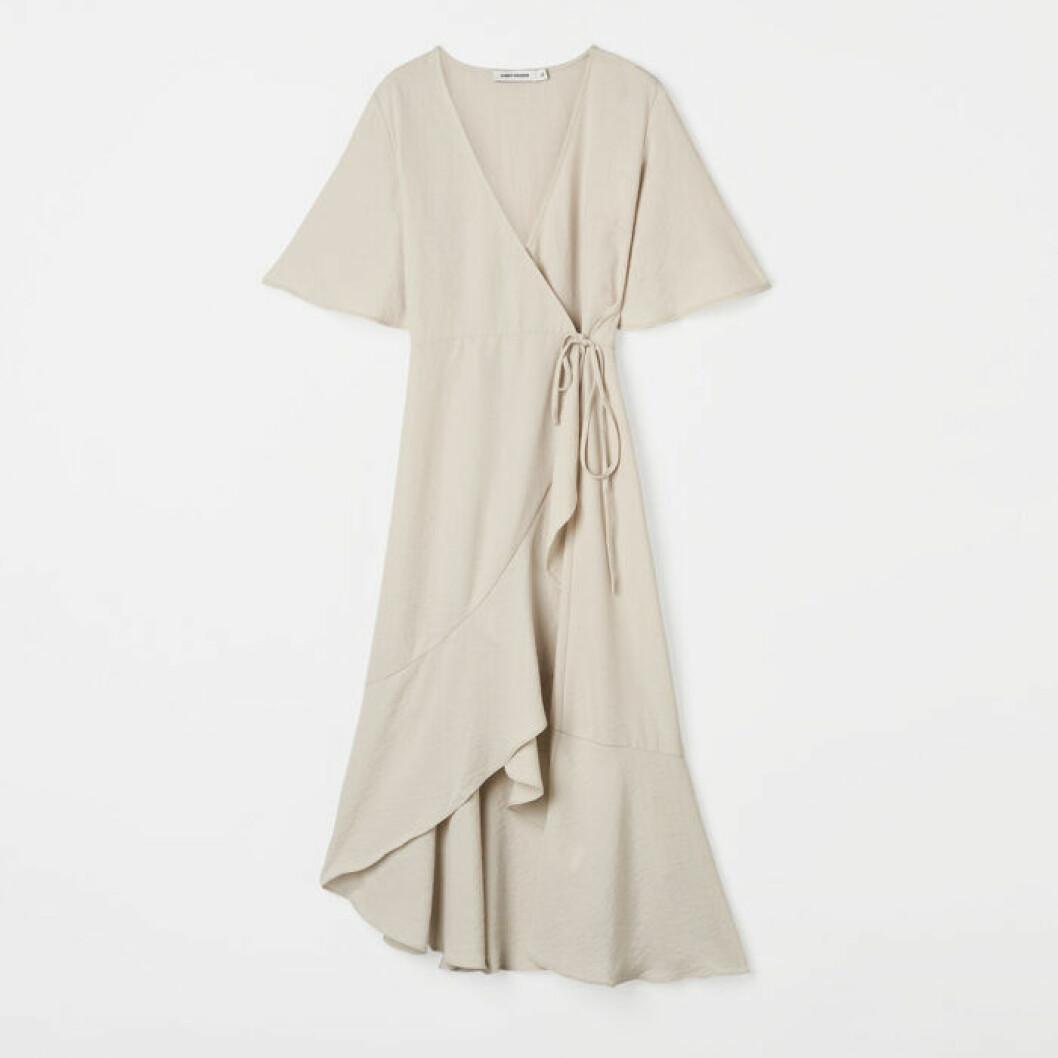 Ljusgrå omlottklänning från Carin Wester