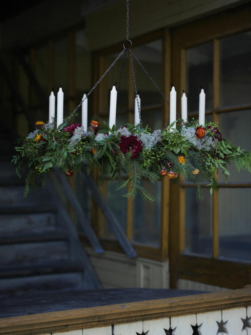 ljuskrona med granris och blommor julen 2020