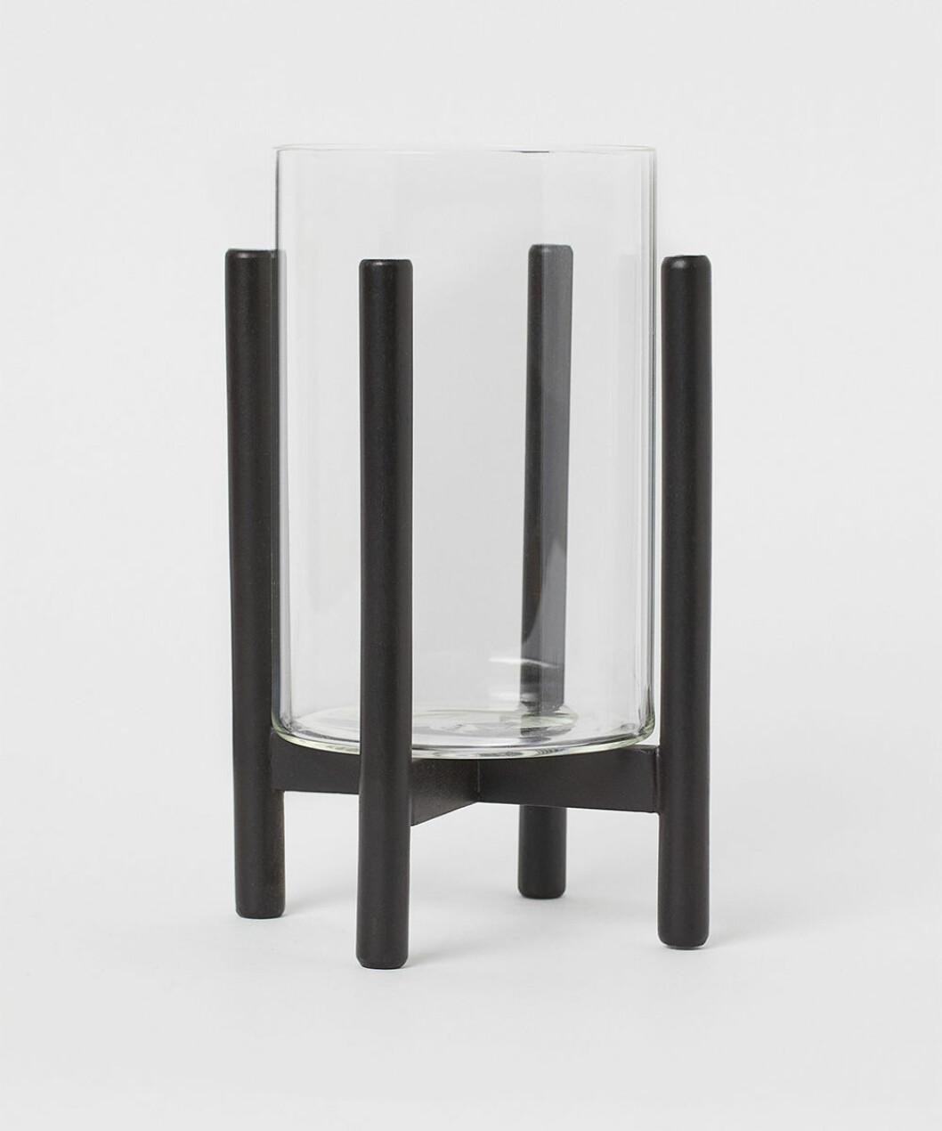 Ljuslykta i glas på stativ