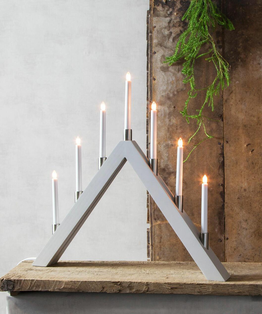Ljusstake i ljusgrått med spetsig form från Star Trading
