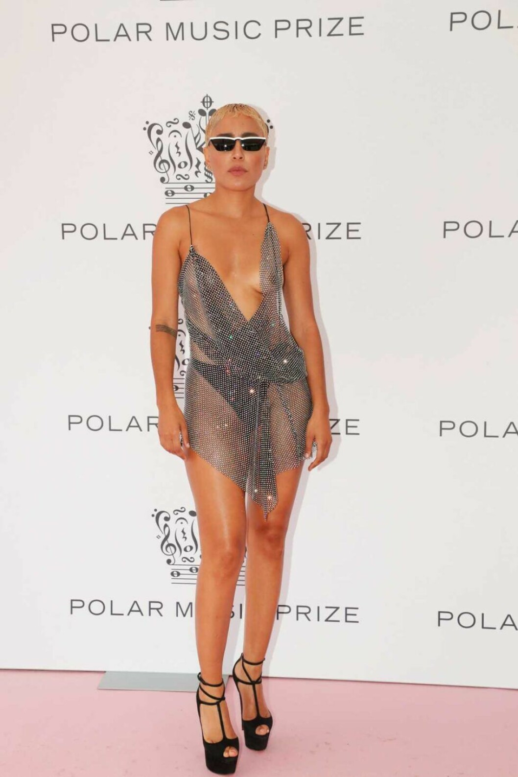 Loreen i en genomskinlig klänning och solglasögon