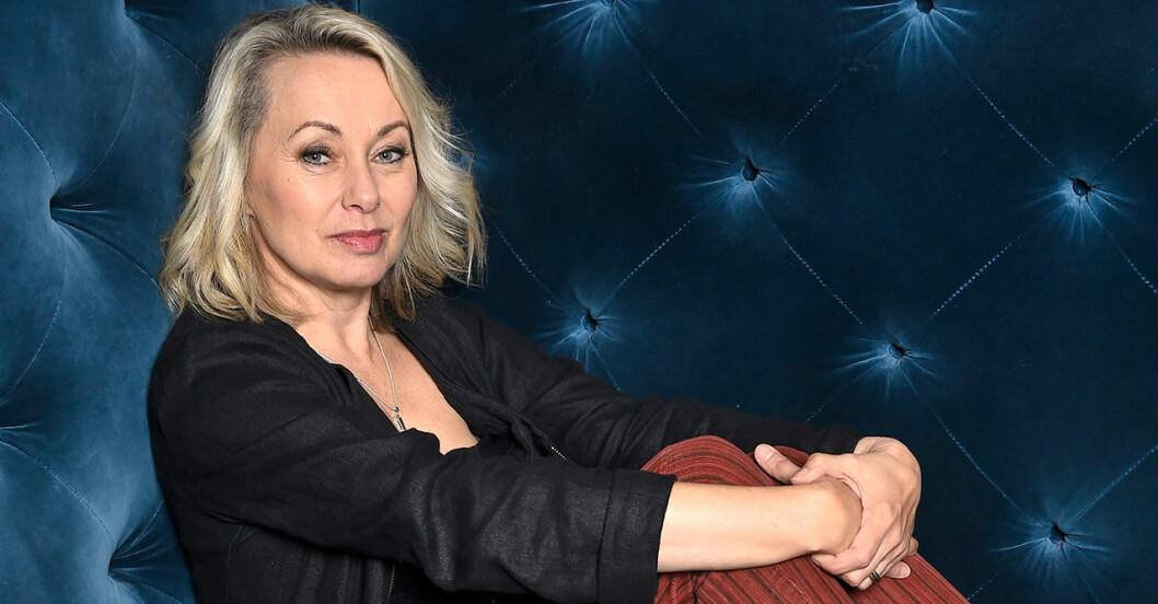 Louise Hoffsten i en blå soffan med armarna kring knäna, på pressträff för Så mycket bättre.