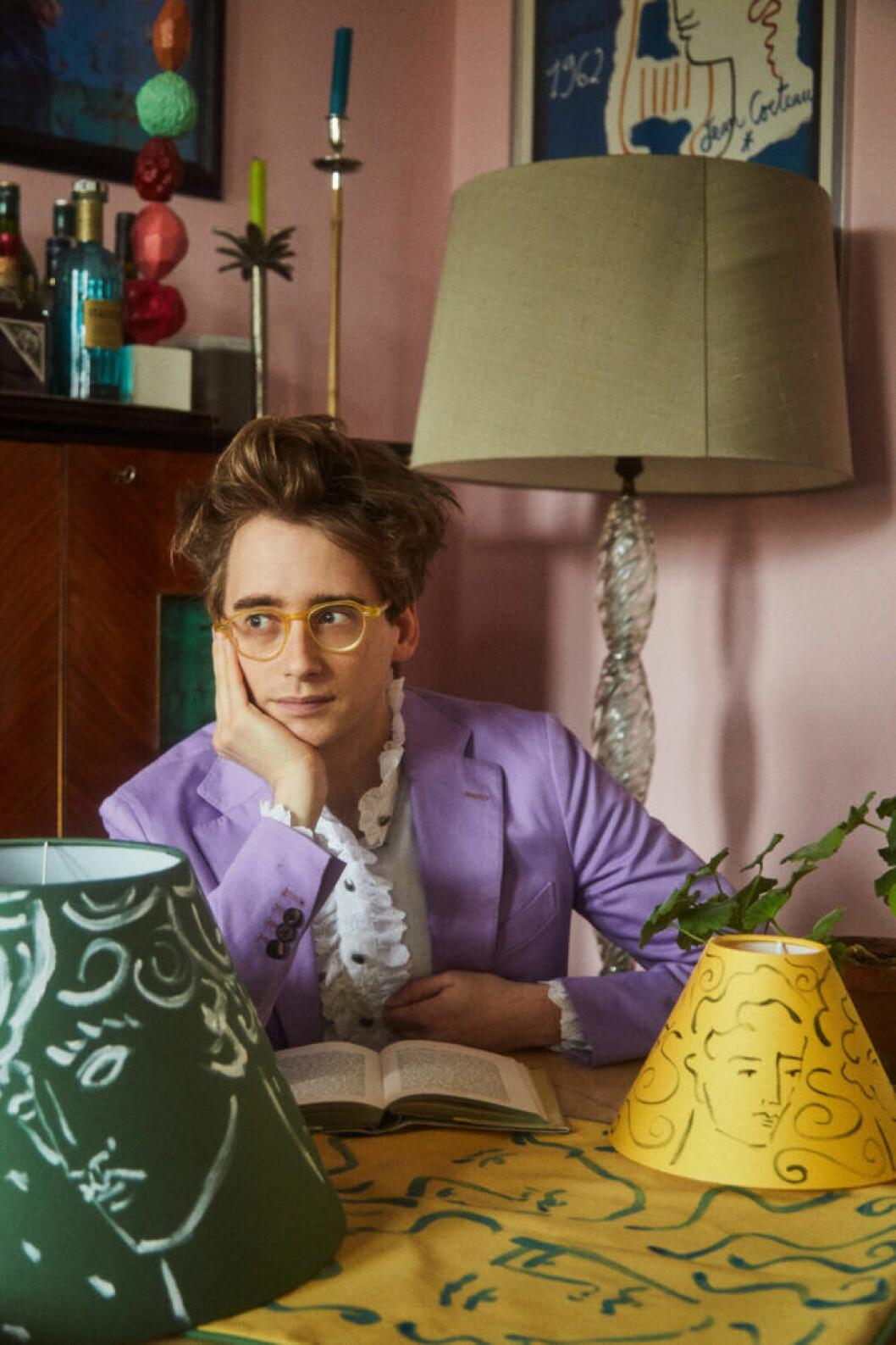 Luke Edward Hall med sina handmålade lampskärmar.