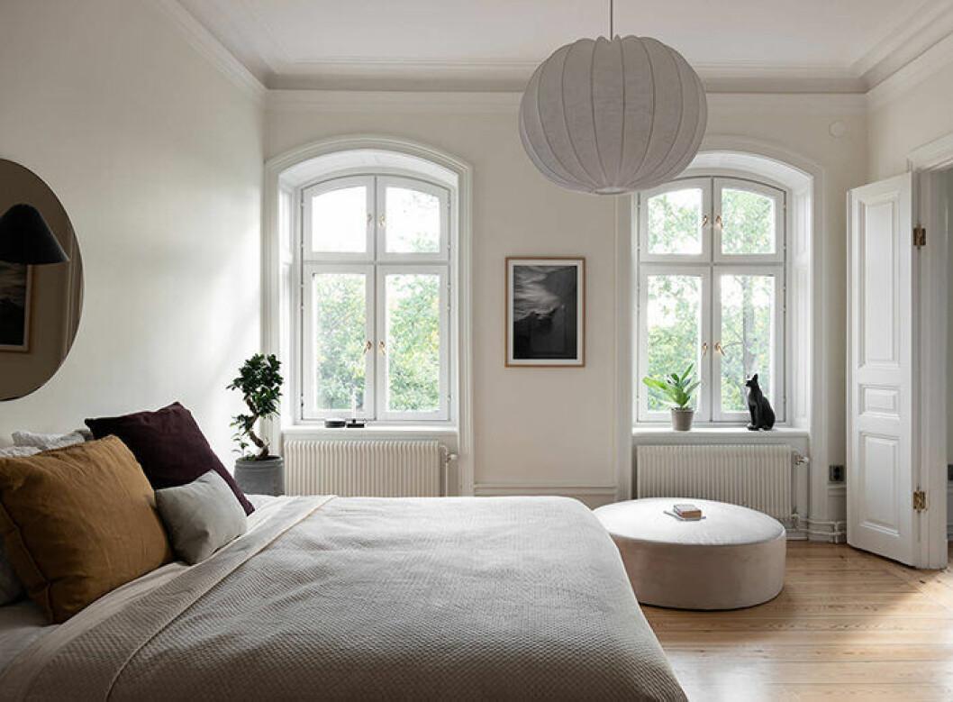 Lyxigt sovrum med stor sittpuff