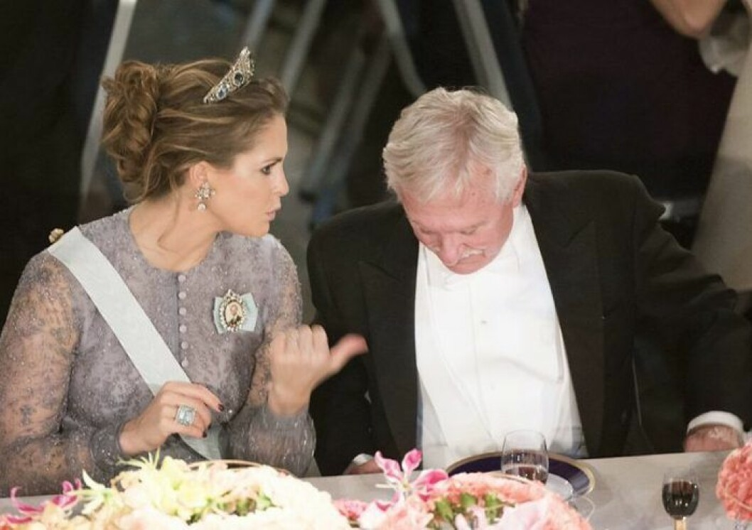 Madeleine bär ringen hon ärvde från Lilian.