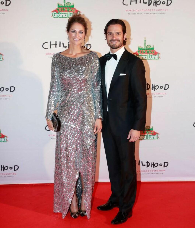 Madeleine i glitterklänning och Carl Philip på röda mattan.