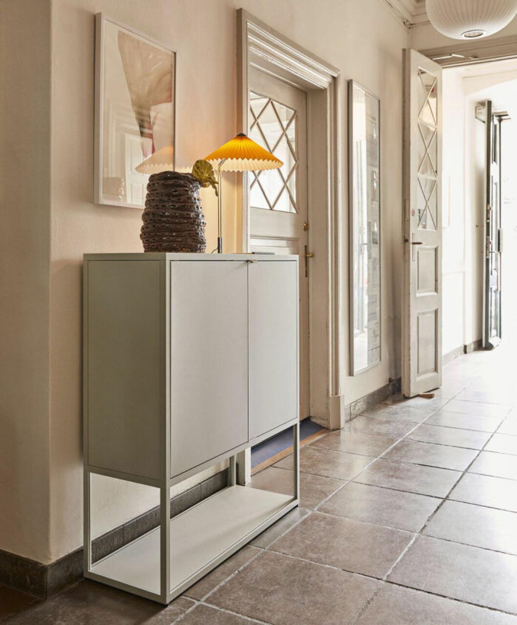 En nymålad hall är ett rba tips, här i en trendig ljus beige