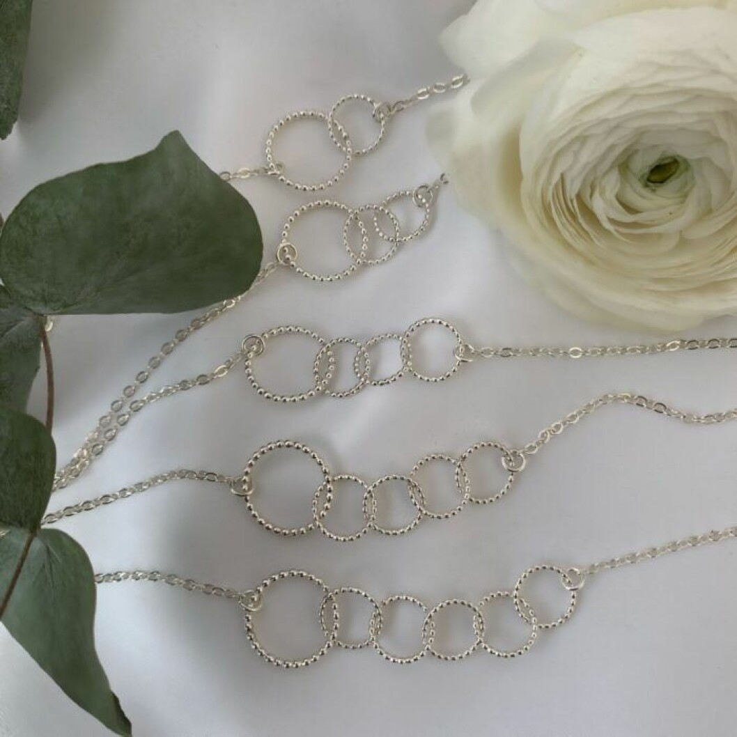 Sofia Wistams mammahalsband i silver där varje ring symboliserar ett barn