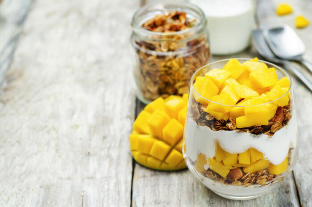 Overnight oats med yoghurt, mango och granola.