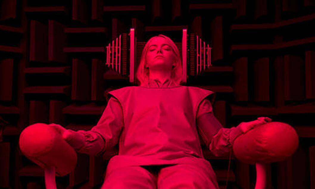 Skådespelerskan Emma Stone ligger i en stol i Netflix-serien Maniac.