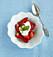 jordgubbar i skål med grädde