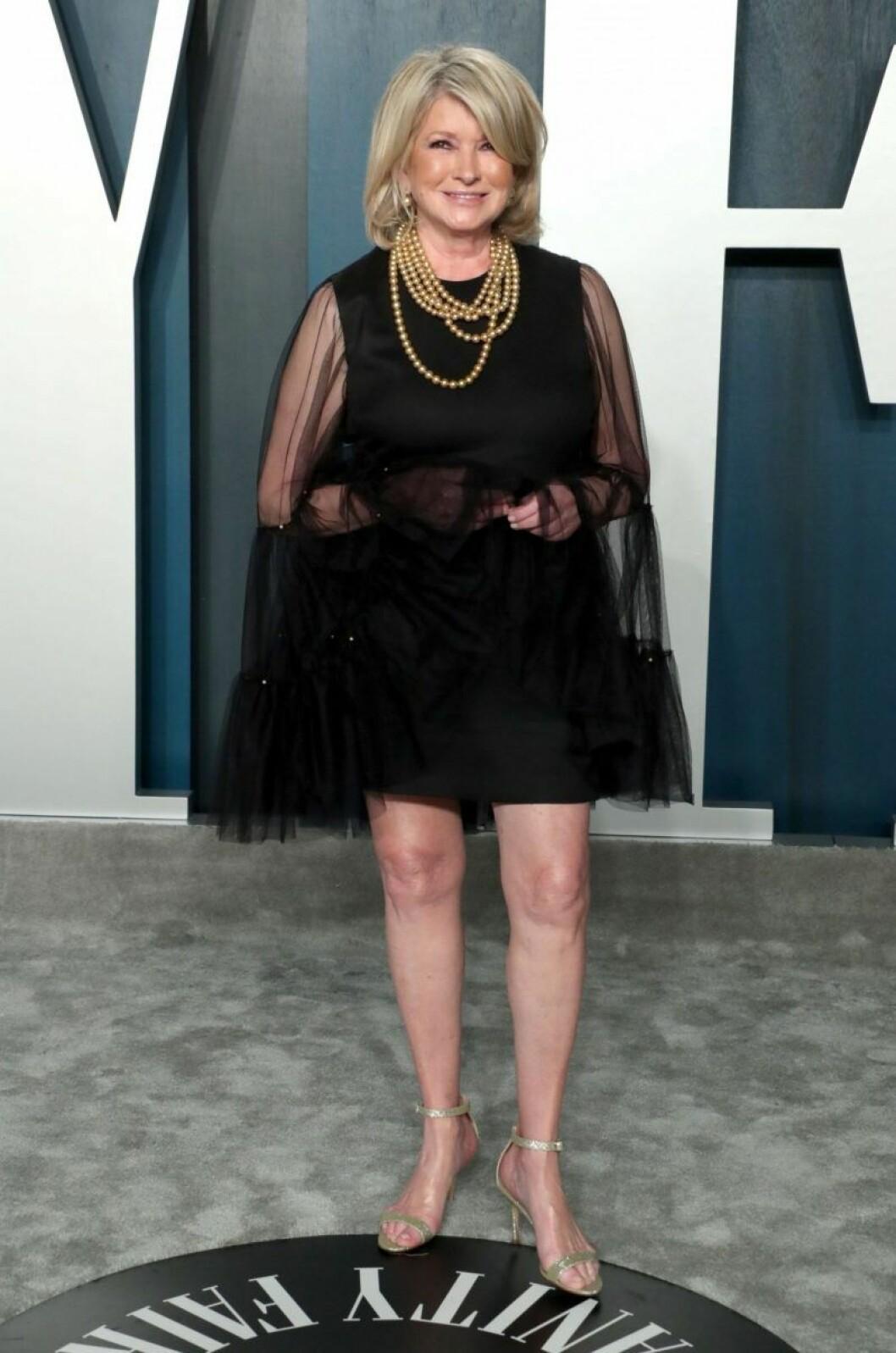 Martha Stewart i svart klänning