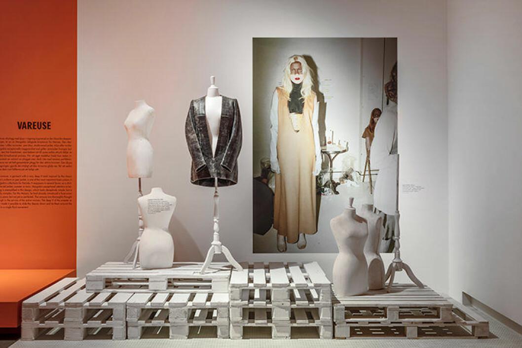 Utställningen ger en återblick på sena 90- och tidiga 00-talets modescen