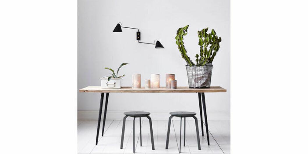 Matbord med rustik bordsskiva