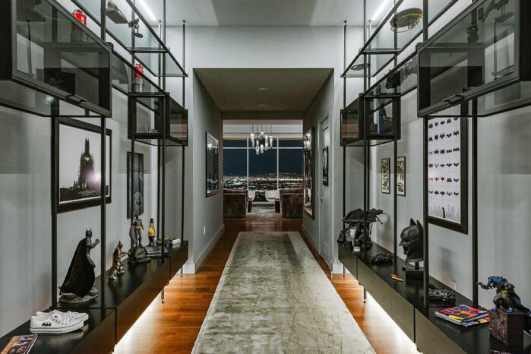 Imponerande samling Batman-prylar i Matthew Perrys lägenhet