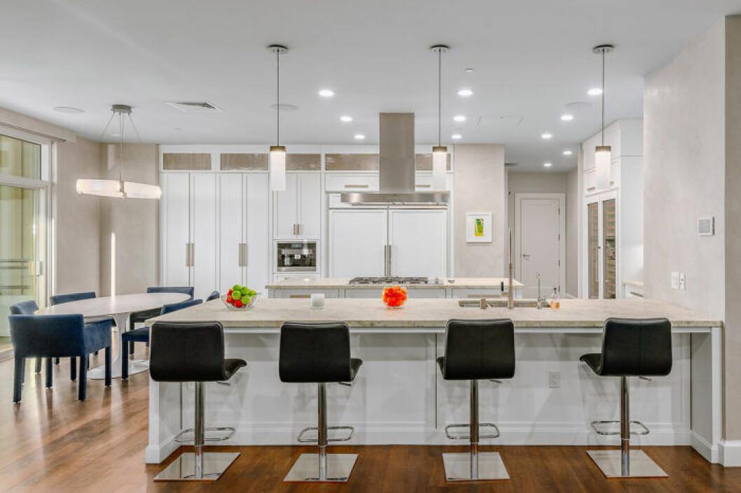Köket i Matthew Perrys lägenhet i Los Angeles går i ljusa toner
