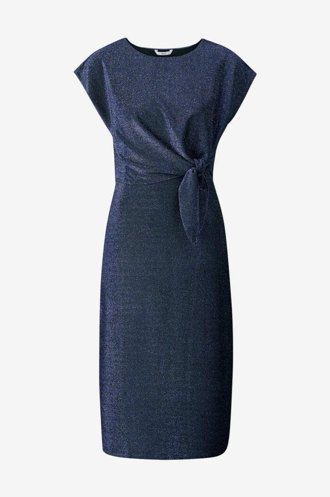 Blå klänning med glitter i