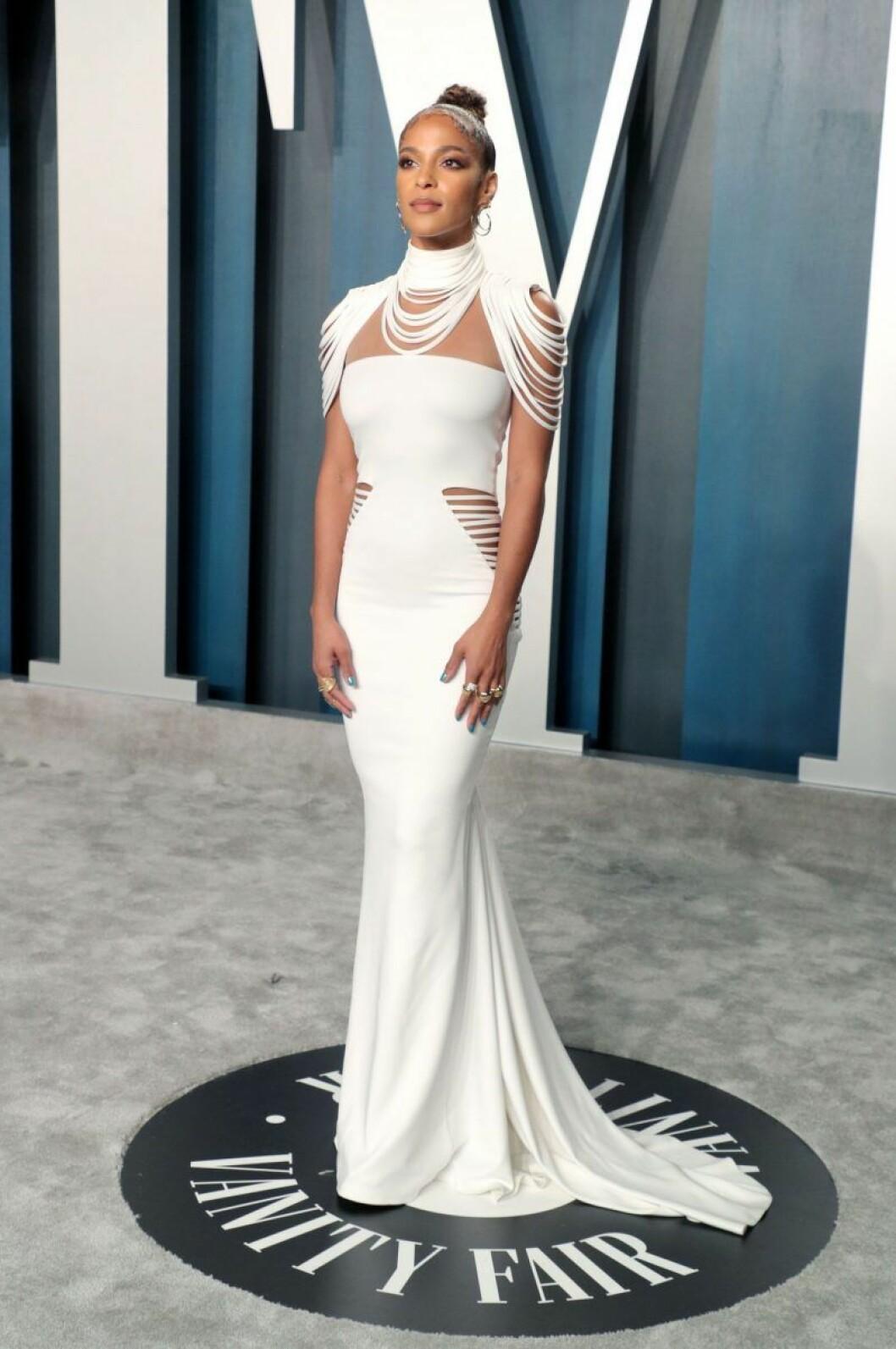 Megalyn Echikunwoke i vit klänning