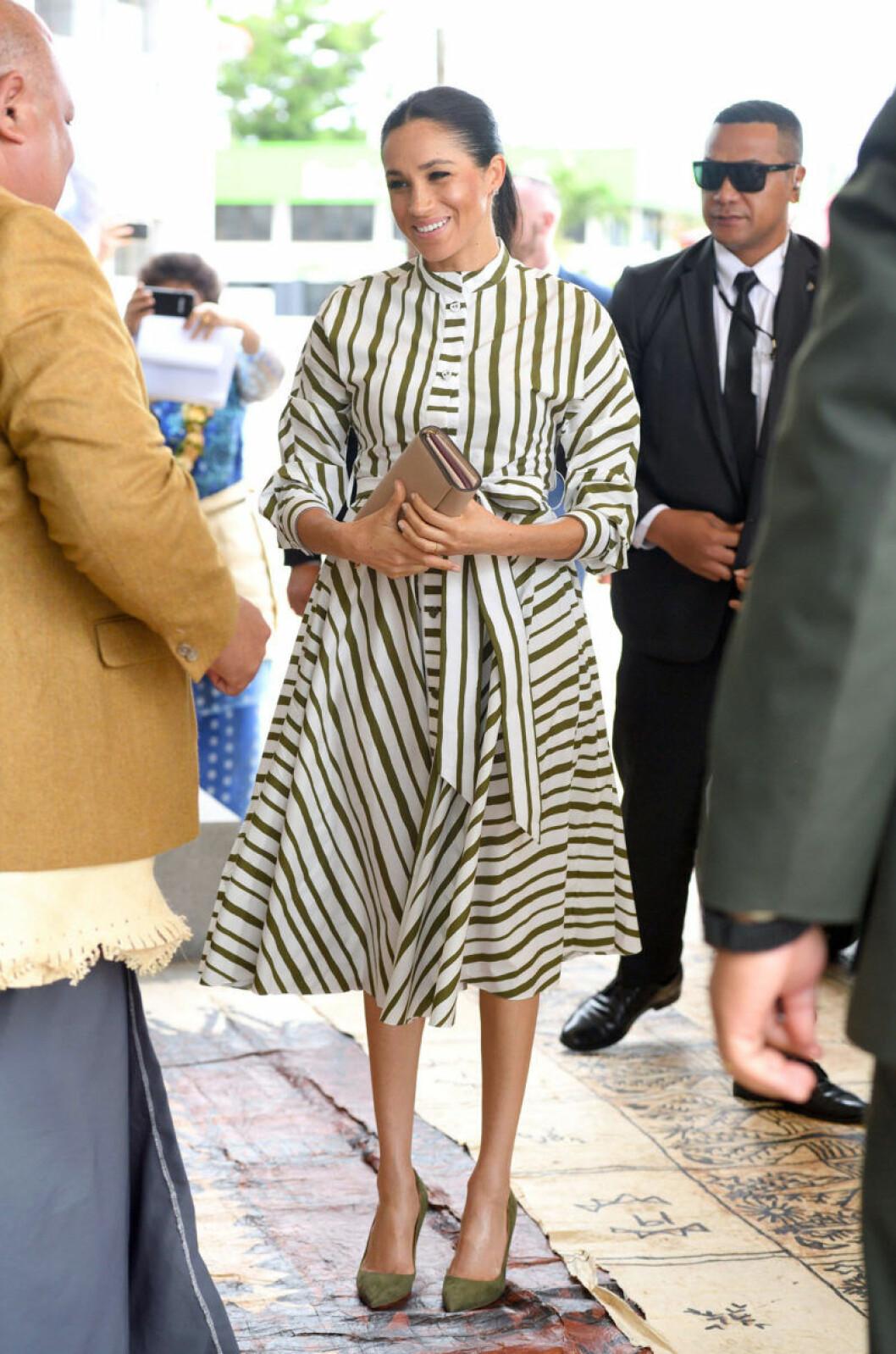 Meghan Markle i randig klänning från australiensiske designern Martin Grant.