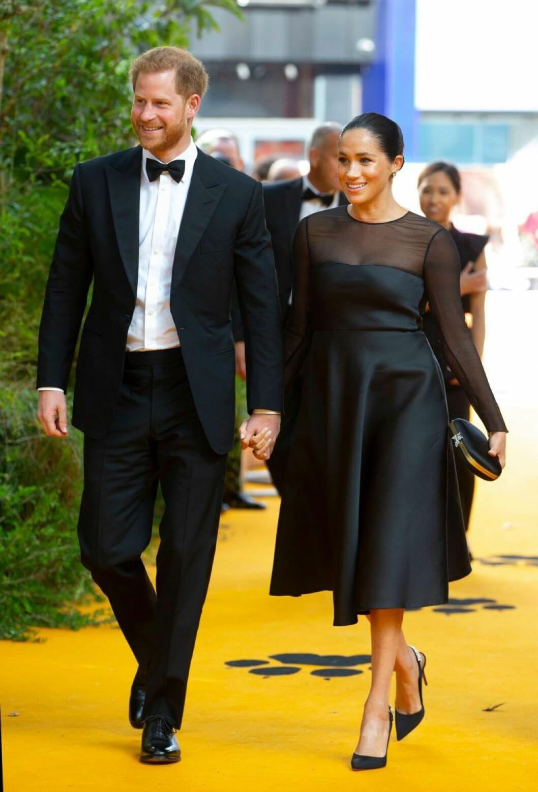 Meghan och prins Harry klädda i svart