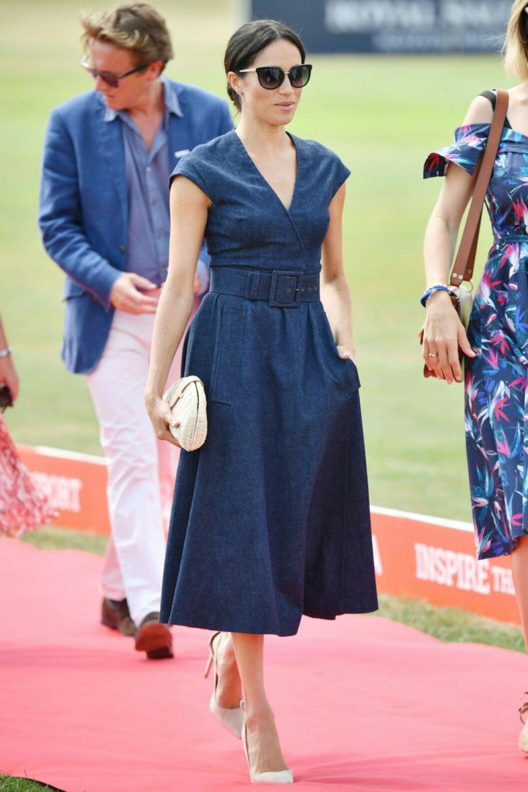 Meghan Markle i en blå jeansklänning