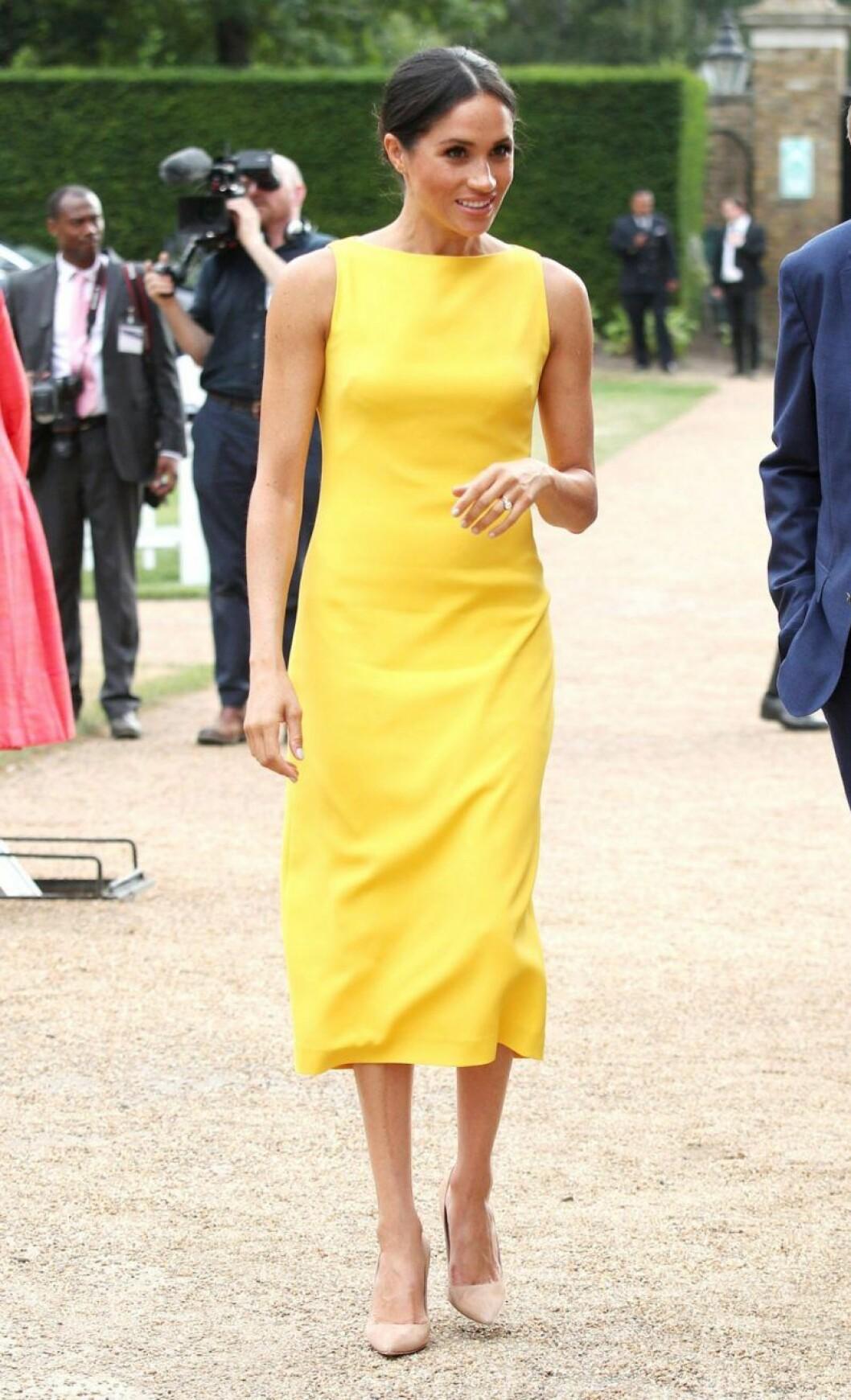 Meghan Markle i gul klänning