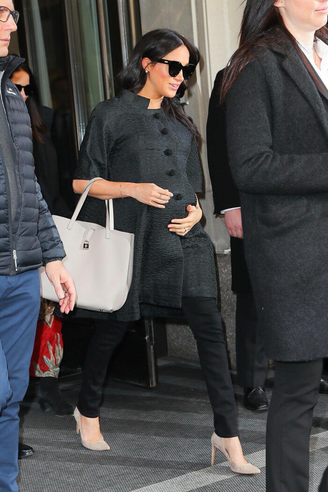 Den brittiska hertiginnan Meghan Markle fotograferades på väg till sin baby shower i New York.
