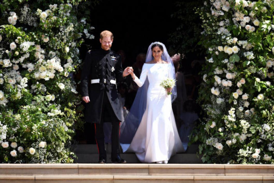 En bild på hertiginnan Meghan Markle och prins Harry under det kungliga bröllopet i Storbritannien.