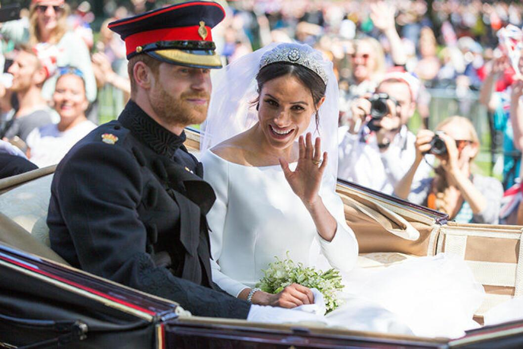 En bild på den brittiska hertiginnan Meghan Markle med sin make prins Harry på deras bröllopsdag. Här har Meghan håret uppsatt i en knut.