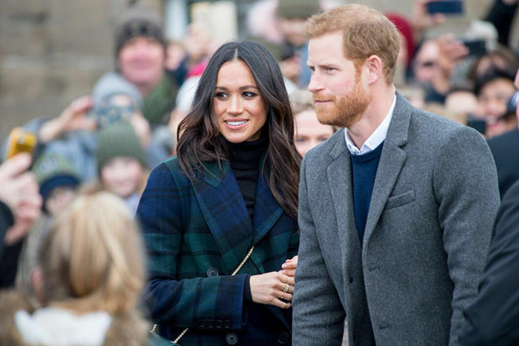 En bild på den brittiska hertiginnan Meghan Markle med sin make prins Harry. Här har Meghan håret utsläppt.
