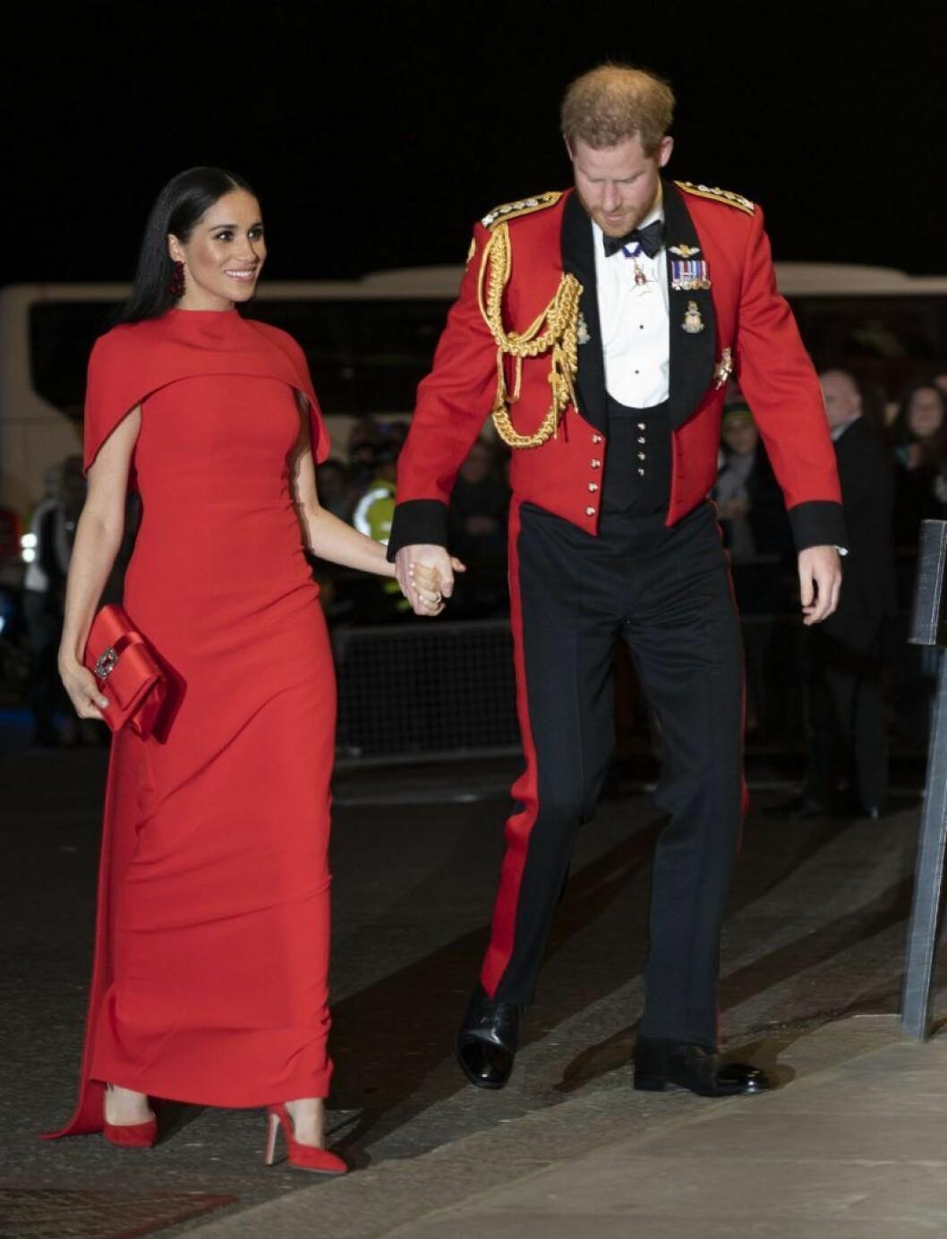 Meghan Markle i röd klänning från Safiyaa.