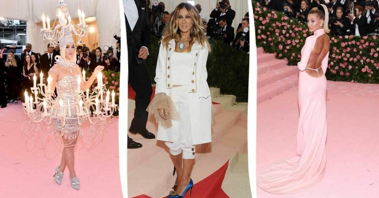 Tre bilder från tidigare Met-galor. Från vänster: Katy Perry i en klänning som ser ut som en stor ljusskorna. I mitten Sarah Jessica Parker i en vit lång kavaj, magkort linne och byxor som slutar under knäna, allt i vitt och till höger Hailey Bieber i ljusrosa, glansig långklänning med lågt skuren rygg.